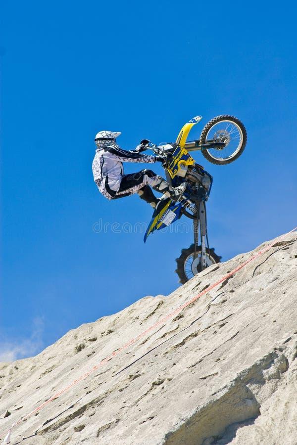 Motociclista que faz o wheelie foto de stock royalty free