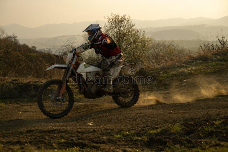 Motociclista que monta fora a estrada durante o por do sol slovakia foto de stock royalty free