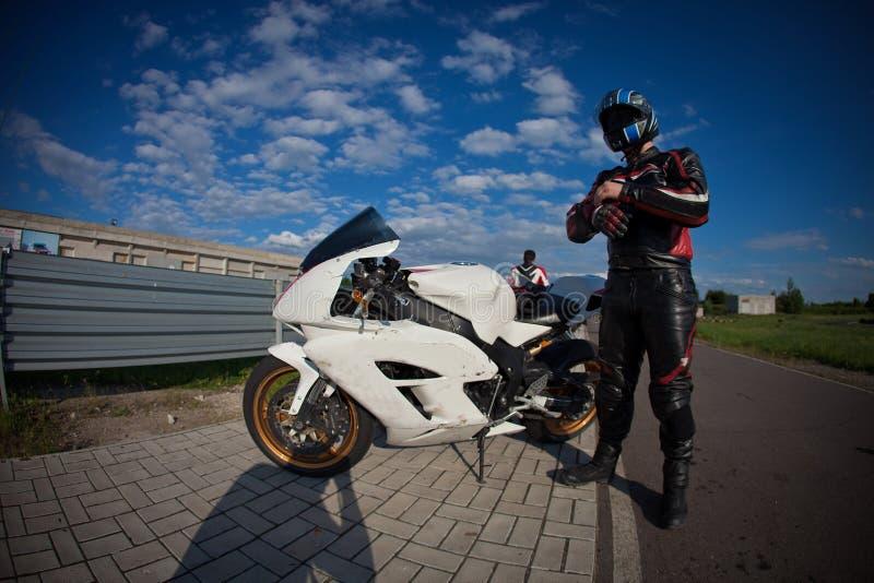 Motociclista que prepara-se para começar a raça fotos de stock royalty free