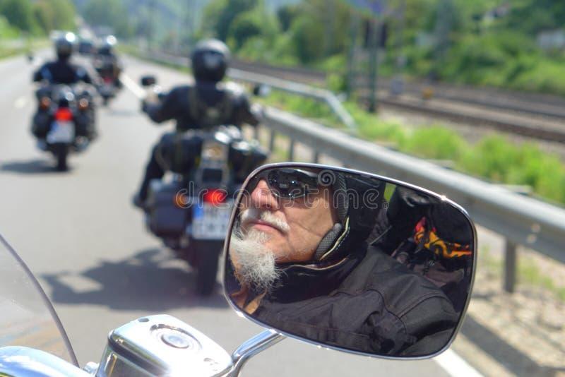 Motociclista refletido no espelho de rearview fotografia de stock royalty free