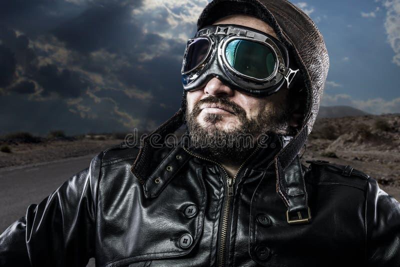 Motociclista 'sexy' e do orgulho com casaco de cabedal preto fotos de stock royalty free