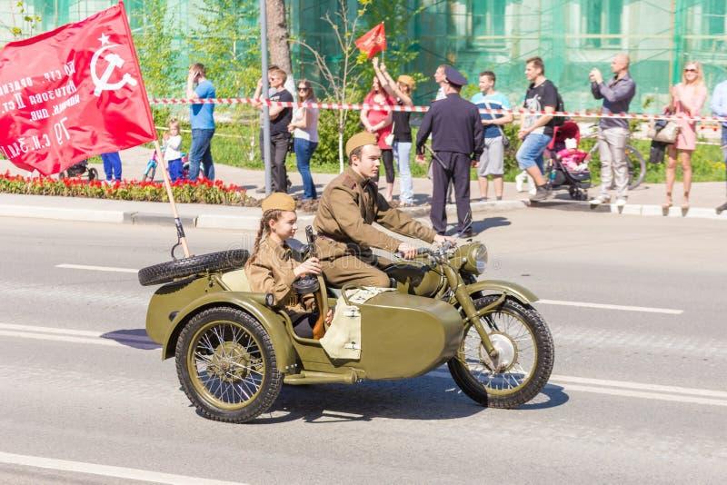 Motociclista sob a forma do período da grande guerra patriótica em uma motocicleta pesada M-72 do exército com uma metralhadora d fotos de stock royalty free