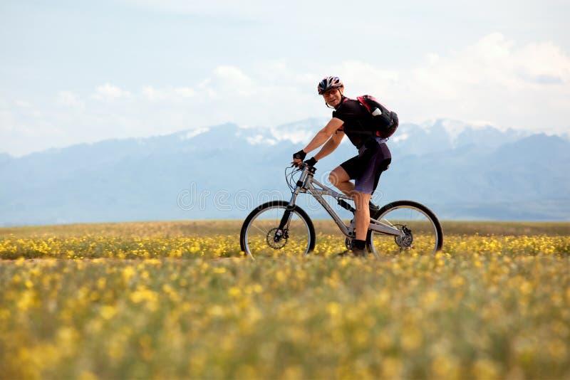 Motociclista sorridente della montagna fotografie stock libere da diritti