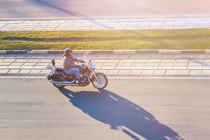 Motociclista su un motociclo immagini stock