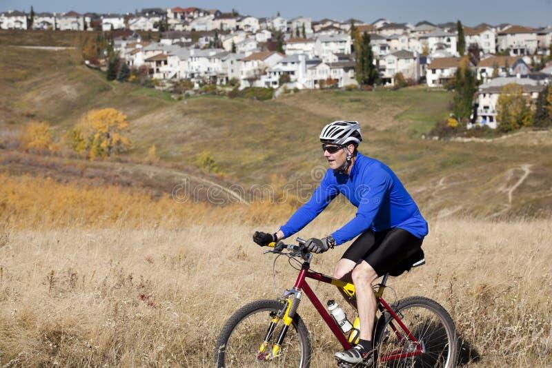 Motociclista urbano da montanha imagens de stock royalty free