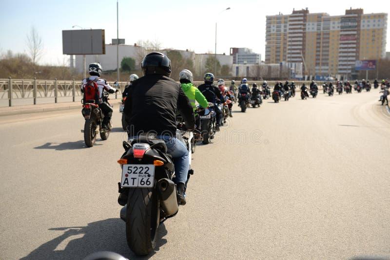 Motociclistas da coluna fotografia de stock