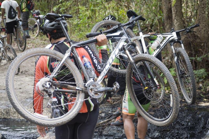 Motociclistas da montanha que cruzam-se sobre a lama fotografia de stock royalty free