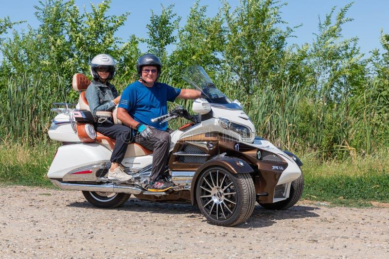 Motociclistas do motor no triciclo Honda Goldwing que faz a movimentação através de Hungria foto de stock royalty free