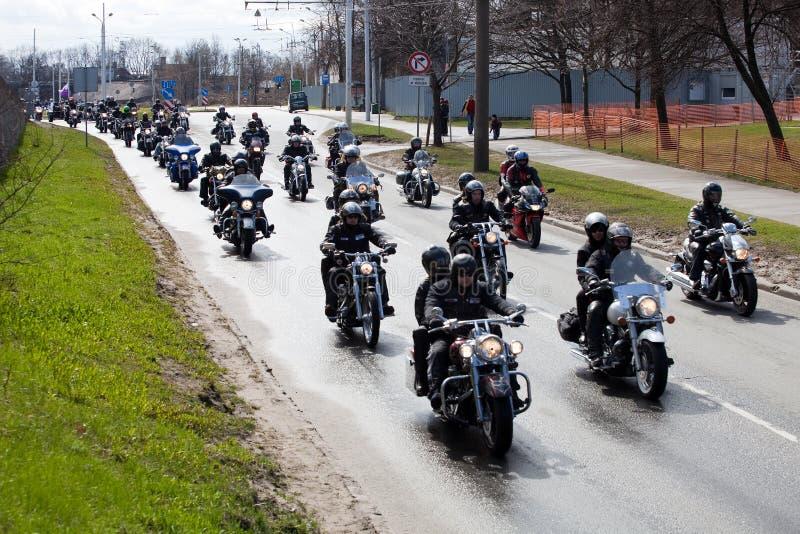 Motociclistas em ruas da cidade imagem de stock royalty free