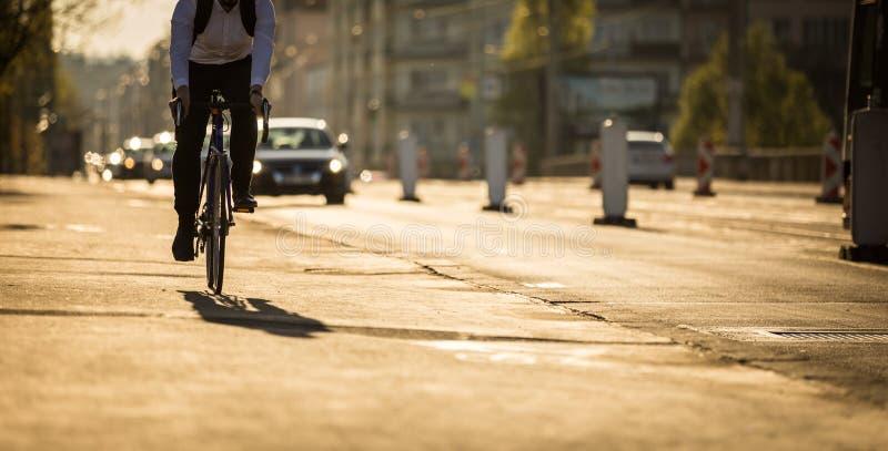 Motociclistas em uma rua da cidade imagem de stock