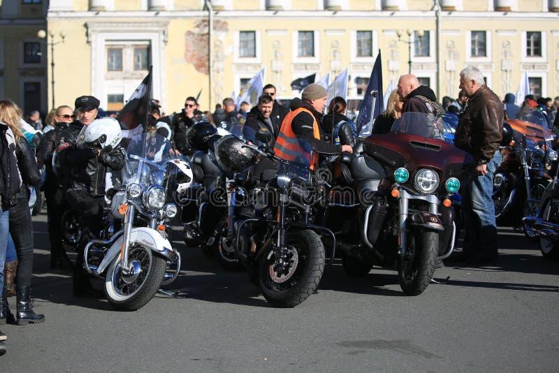 Motociclistas no quadrado do palácio antes da partida da coluna fotos de stock royalty free