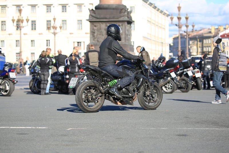 Motociclisti ad Alexander Column sul quadrato del palazzo un giorno soleggiato fotografia stock libera da diritti