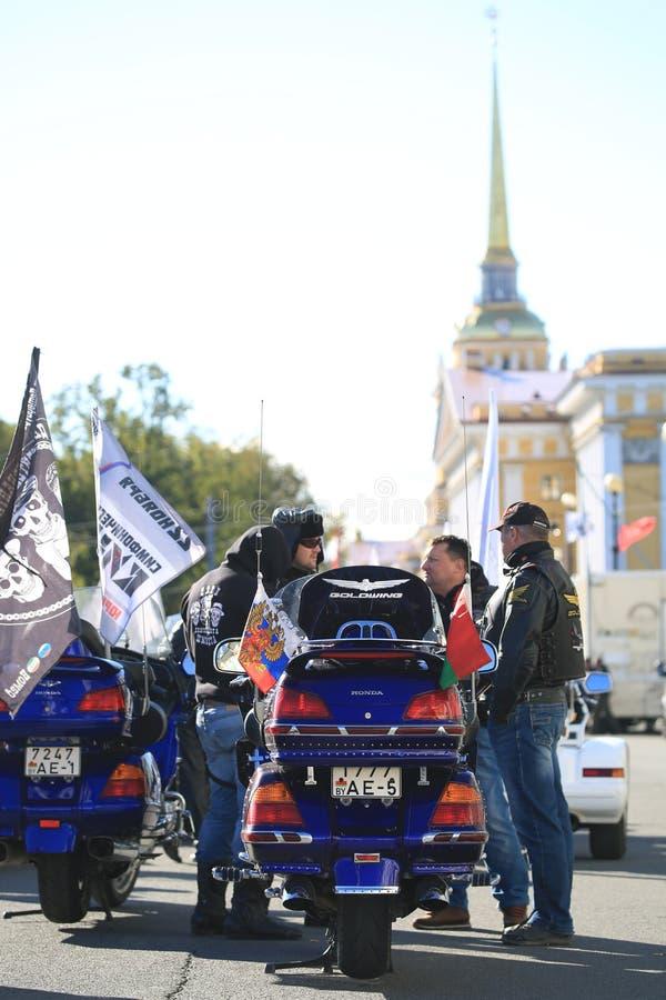 Motociclisti bielorussi vicino ai loro motocicli sui precedenti dell'edificio di Ministero della marina fotografie stock libere da diritti