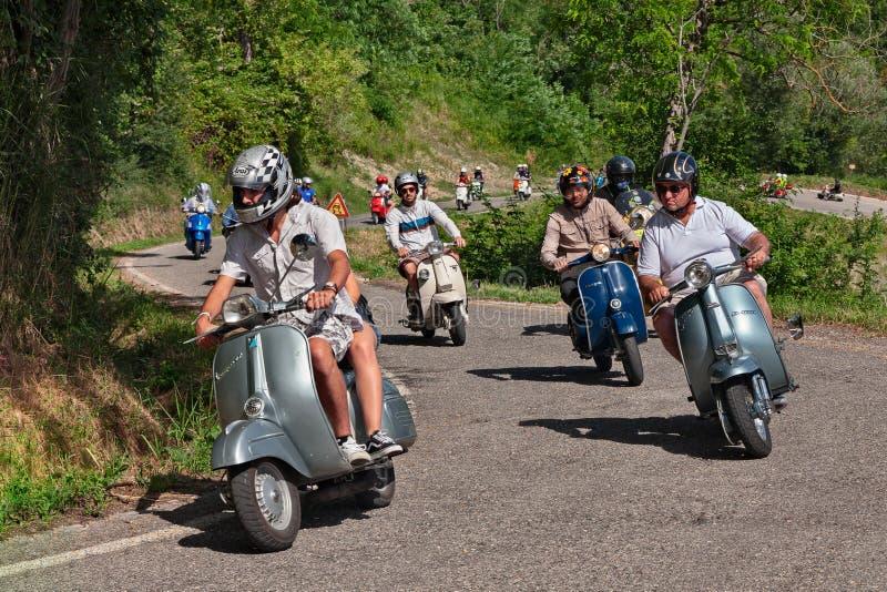 Motociclisti che guidano la vespa d'annata e Lambretta del motorino fotografia stock