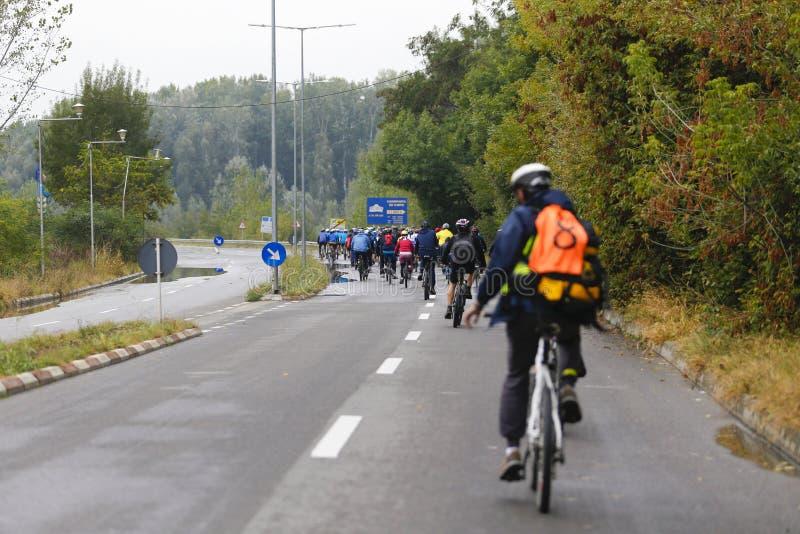 Motociclisti che marciano nella colonna immagini stock libere da diritti
