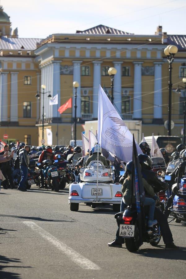 Motociclisti che preparano iniziare sui precedenti dell'edificio di Ministero della marina immagine stock