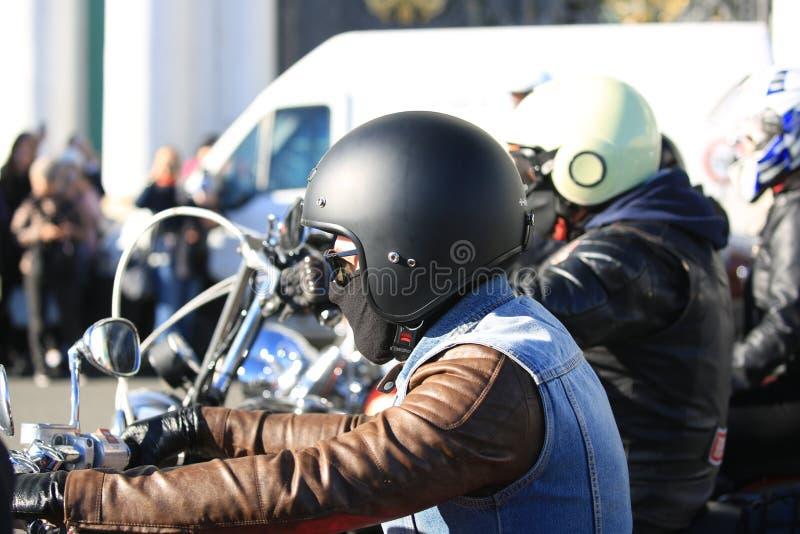 Motociclisti del supporto rosso e bianco 81, fine del club del motore dell'esercito su fotografia stock libera da diritti