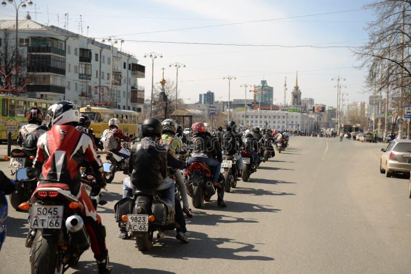 Motociclisti della colonna fotografia stock