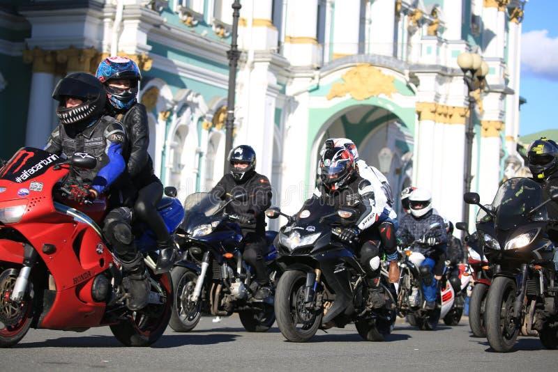 Motociclisti e l'eremo un giorno soleggiato immagini stock libere da diritti