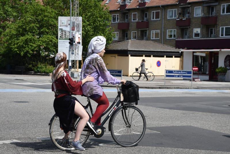 MOTOCICLISTI FEMMINILI SU AMAGER SALTVAERKS EVJ KASTRUP fotografia stock libera da diritti