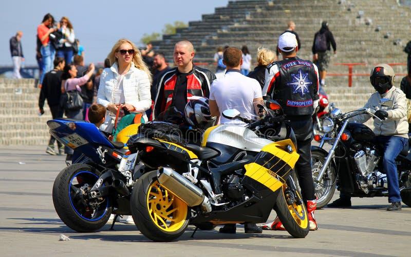 Motociclisti su una via della città fotografie stock libere da diritti