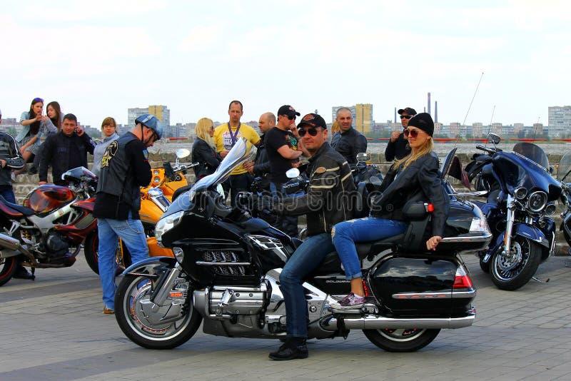 Motociclisti su una via della città fotografie stock