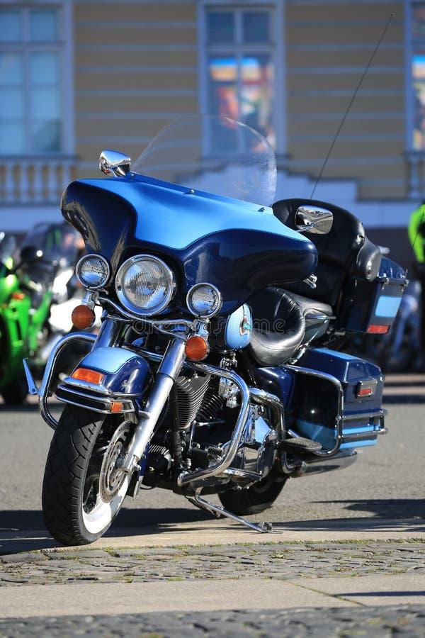 Motociclo blu di Harley-Davidson Touring un giorno soleggiato Front View fotografia stock
