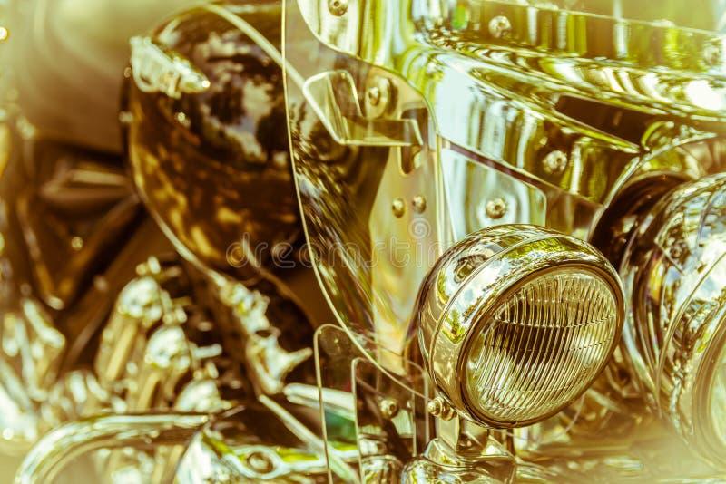 Motociclo brillante del faro su un fondo dorato confuso fotografia stock