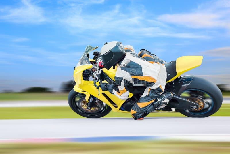 Motociclo che si appoggia strada principale fotografia stock libera da diritti