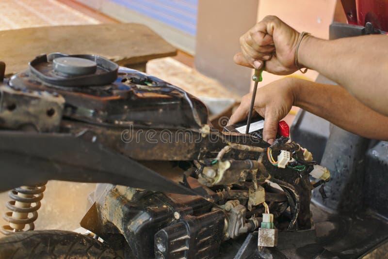Motociclo della riparazione del meccanico dell'automobile fotografie stock libere da diritti
