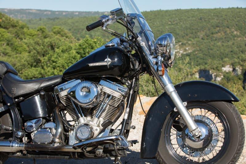 Motociclo di Harley Davidson parcheggiato dal lato della strada fotografia stock