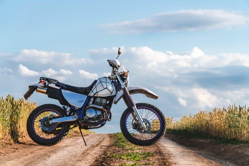Motociclo fuori dalla strada, enduro, sport estremo, stile di vita attivo, avventura che visita concetto, libertà all'aperto dell fotografia stock