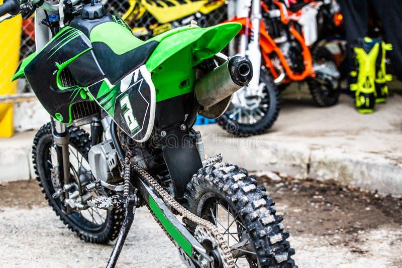 Motociclo per la corsa estrema sulla fine parcheggiata su della ruota fotografie stock