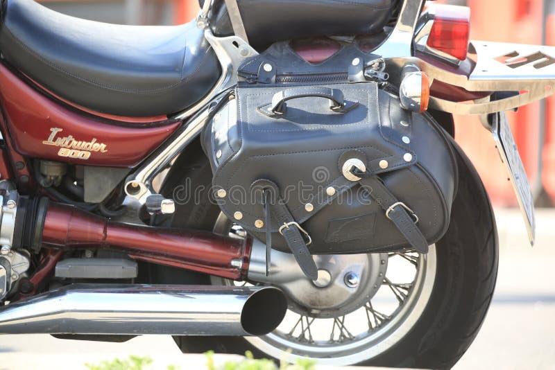Motociclo rosso di Suzuki Intruder 800 La vista della parte posteriore si separa il tronco di cuoio nero, primo piano fotografie stock