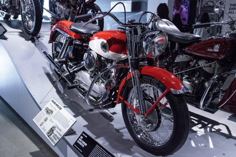 Motociclo rosso e bianco 1958 di Harley-Davidson XLH Sportster fotografia stock libera da diritti