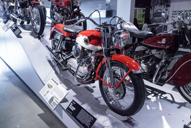 Motociclo rosso e bianco 1958 di Harley-Davidson XLH Sportster fotografie stock libere da diritti