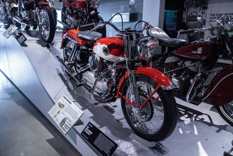 Motociclo rosso e bianco 1958 di Harley-Davidson XLH Sportster fotografia stock