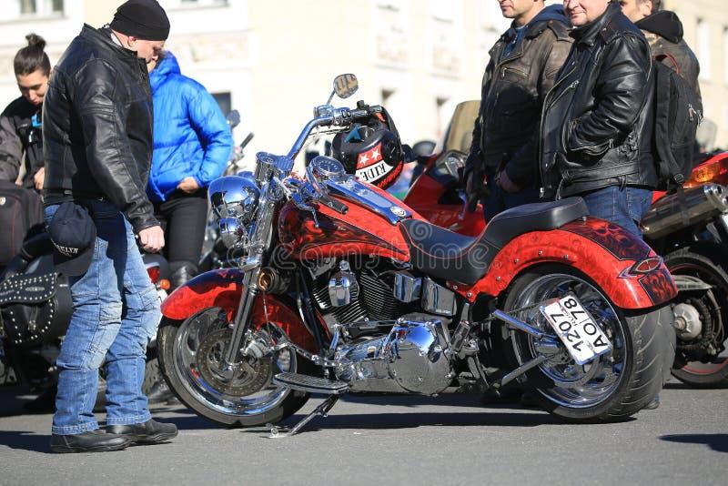 Motociclo su ordinazione rosso Harley-Davidson un giorno soleggiato fotografie stock