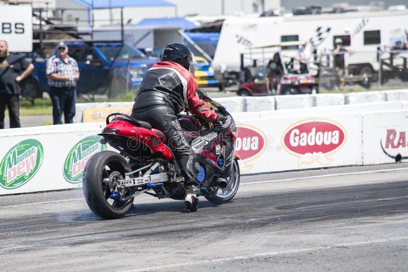 Motociclo sulla pista alla linea di partenza che fa un burnout fotografie stock libere da diritti