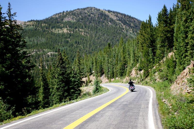 Motociclo sulla strada della montagna fotografie stock libere da diritti
