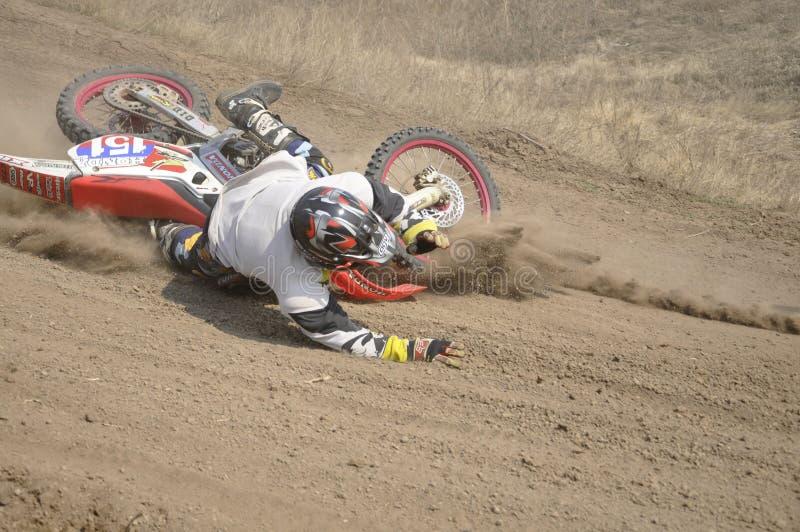 Motocroßmitfahrersystemabsturz, staubige Spur stockbilder