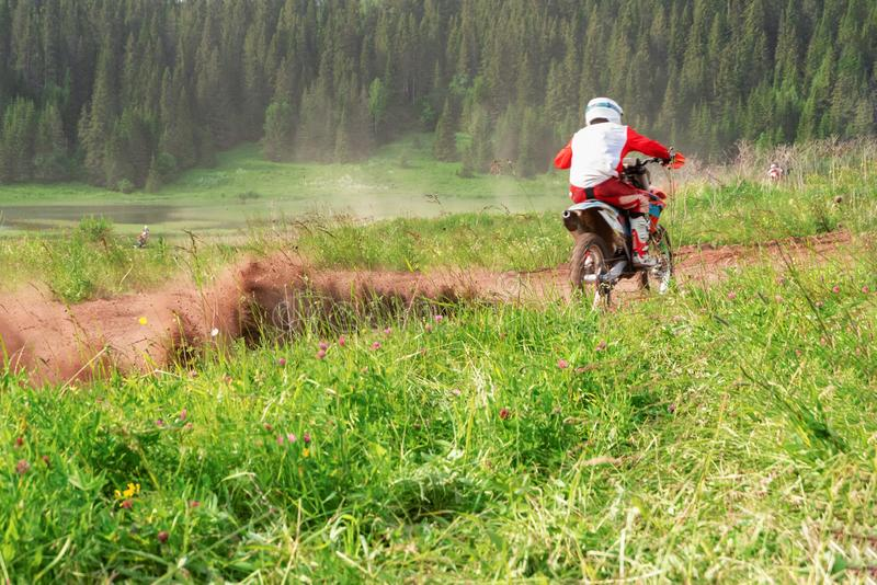 Motocro?fahrrad-Zunahmedrehzahl in der Spur Motorradfahrer auf weg von Straße, extremer Sport, aktiver Lebensstil stockbilder