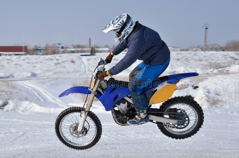 Motocross, de vliegen van de motorfietsbestuurder over heuvel royalty-vrije stock fotografie