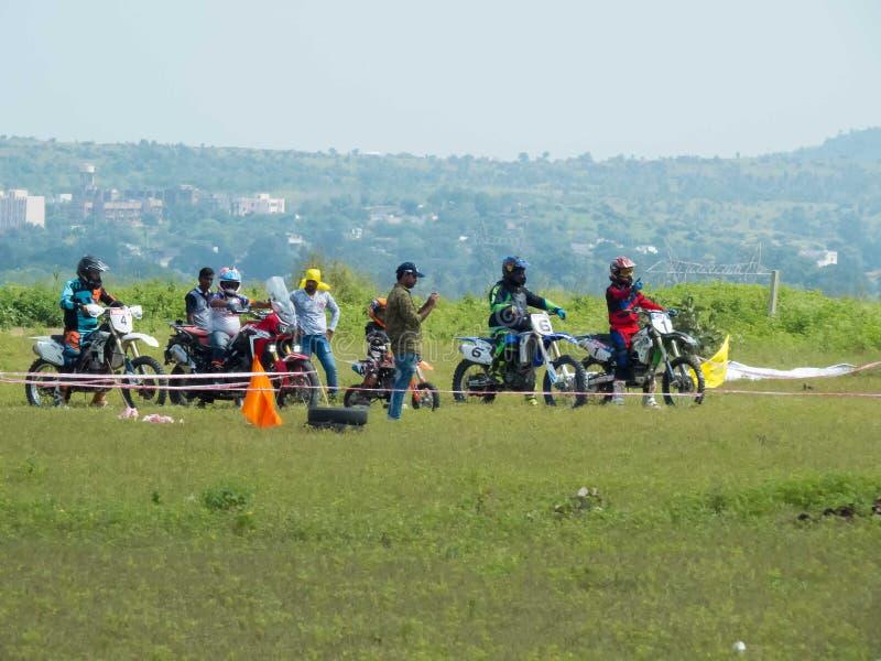 Motocross eller motorcykelcykellopp omkring som ska startas arkivfoto