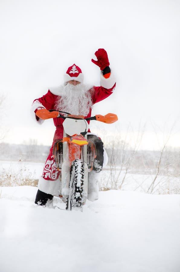 Motocross, motocyklu kierowca lata nad wzgórzem z śniegu obraz stock