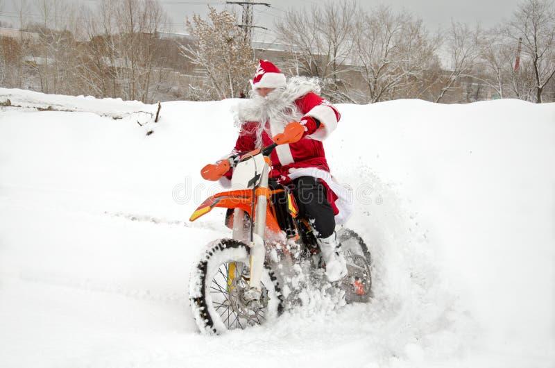 Motocross, motocyklu kierowca lata nad wzgórzem z śniegu obrazy royalty free