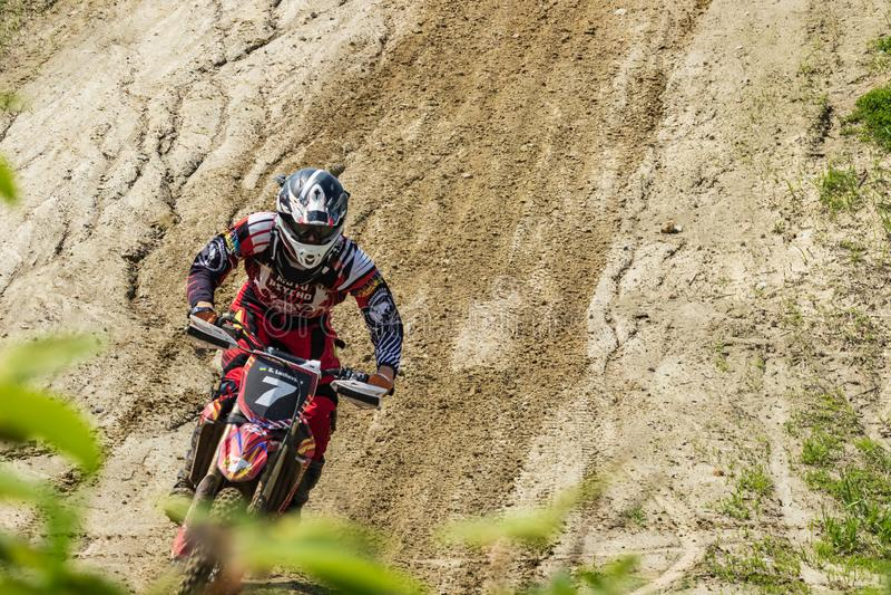motocross Motorrijderstormlopen langs een landweg royalty-vrije stock afbeeldingen