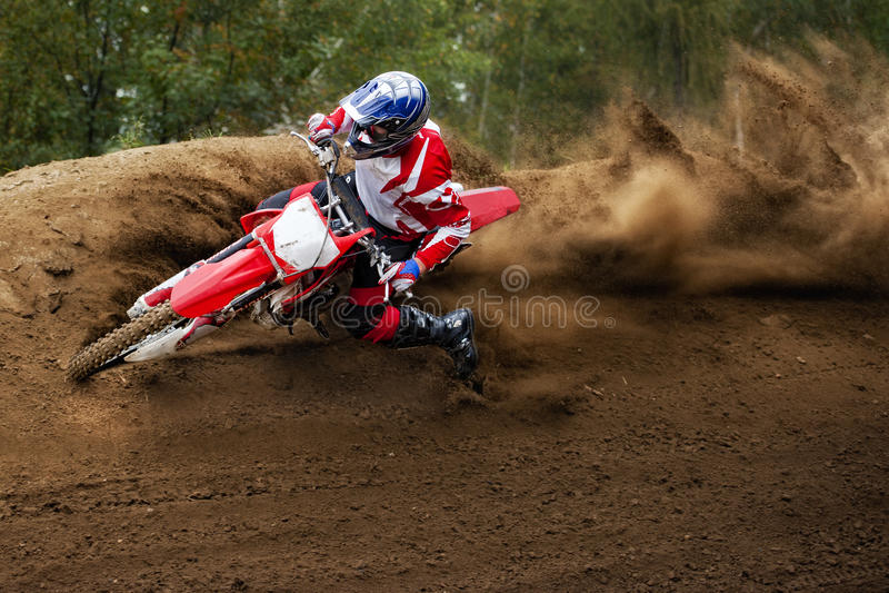 Motocross som kör loppmopeden arkivfoto