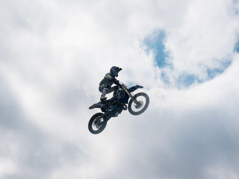 Motocross stylu wolnego jeźdza pobyt Na Seat skoku fotografia stock