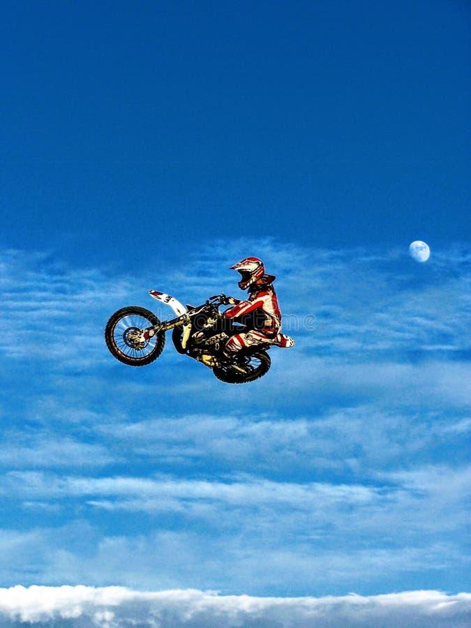 Motocrossar hoppar in i månen royaltyfria foton